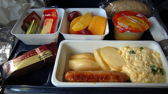 Bạn nên chuẩn bị thức ăn khi đi máy bay