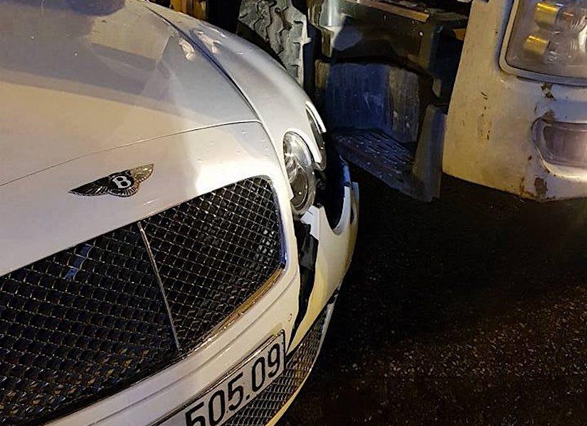Cận cảnh siêu xe Bentley chục tỷ bị xe bồn tông vỡ đầu