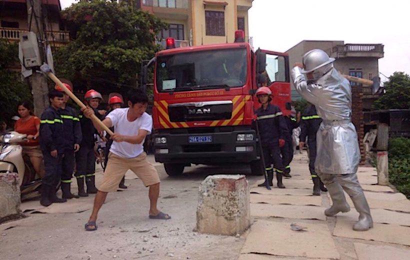 Xe cứu hỏa 'chôn chân' vì ụ bê tông – lề thói cần dẹp bỏ