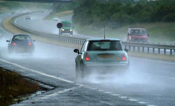 Điều khiển ô tô khi trời mưa bão