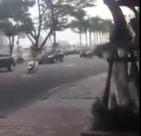 Xe Lead vô tư tạt đầu dàn xe hội nghị APEC