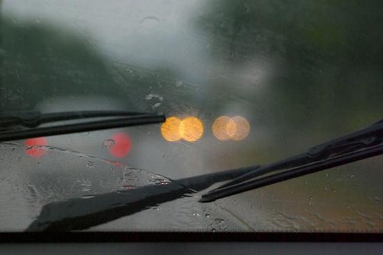 Xử lý kính ôtô mờ khi trời mưa