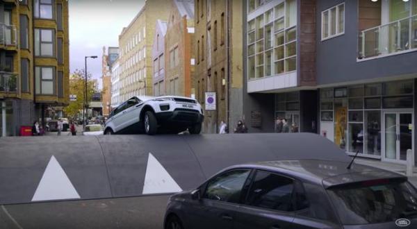 Range Rover Evoque vượt gờ giảm tốc cao giữa phố