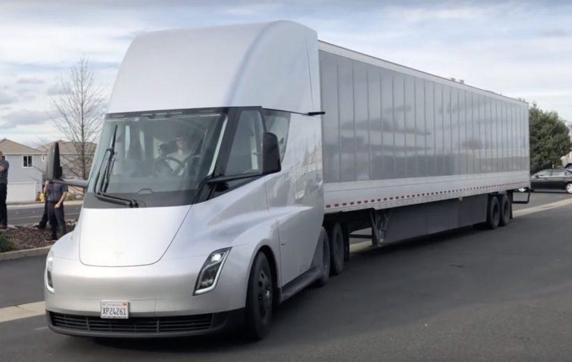 Xe tải điện Tesla Semi có thể chạy liên tục gần 1000km!